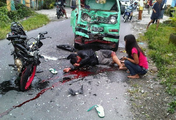 ati2 membersihkan bekas darah kecelakaan dijalan jangan