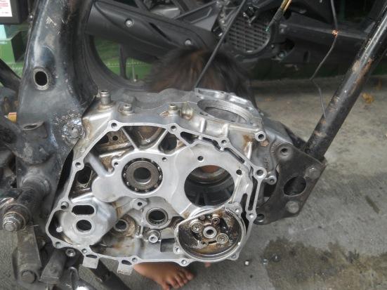 rangka  pemegang mesin bagian belakang perlu digerinda/disesuaikan