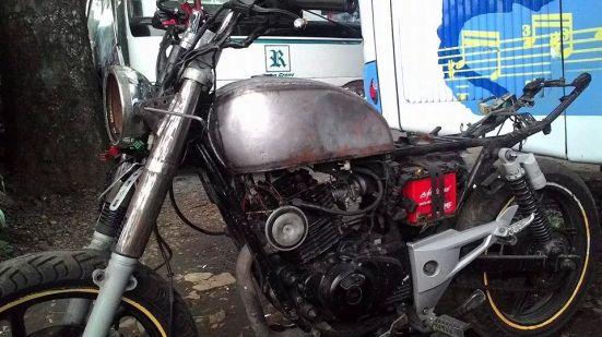 Pulsar ditelanjangi dipasang tangki rust...dan diberi kondom shock depan