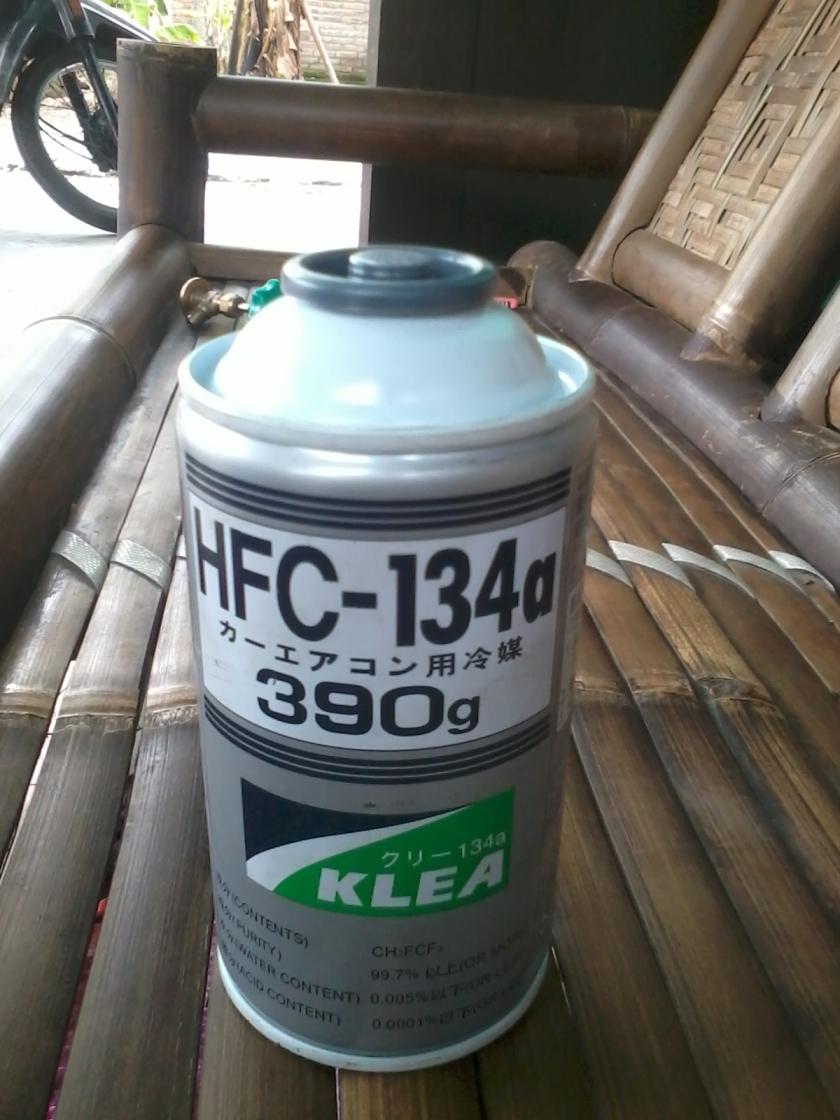 freon 134a kaleng...praktis....baru kali ini lihat dan ngisi langsung