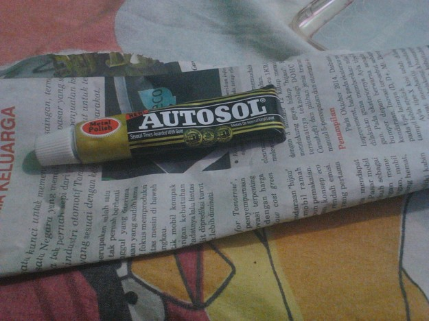 Obat poles autosol dan koran bekas