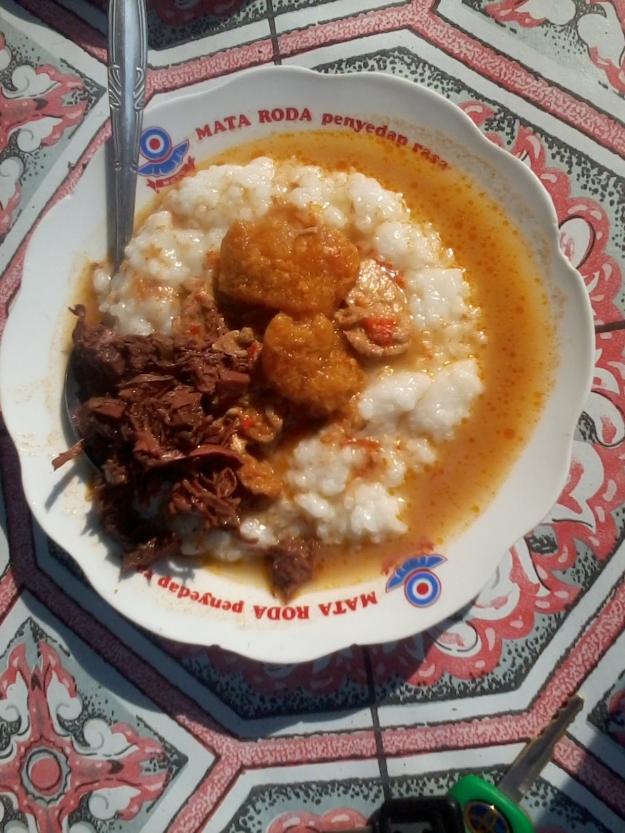 hem...bikin ngeces...bubr nasi+ sayur krecek dengan sedikit gudek....mak nyoosss