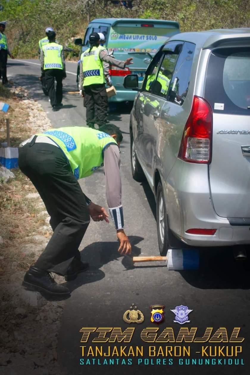 tim dari kepolisian yang sigap dikemacetan tanjakan kukup; gbr by icj